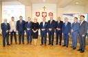 Zdjęcie uczestników spotkania. 11 osób stoi przodem w półokręgu.