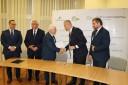 Dyrektor Kądziołka gratuluje burmistrzowi podczas wymiany podpisanych porozumień.