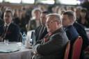 Dyrektor Jan Gąsienica-Walczak przy stole słucha razem z zaproszonymi gośćmi dyskusji.