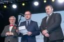 Wicemarszałek  Tomasz Urynowicz wyczytuje zwycięzcę, obok stoją dyrektor Jan Gąsienica-Walczak oraz przewodniczący Andrzej Zając.